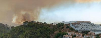 Лесные пожары на юге Испании расширяются, вынуждая 800 человек покинуть свои дома