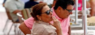 Минздрав Испании хочет запретить курение на террасах из-за распространения варианта Дельта