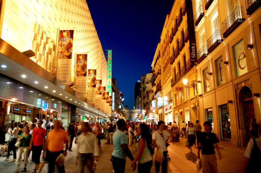 Улица с людьми