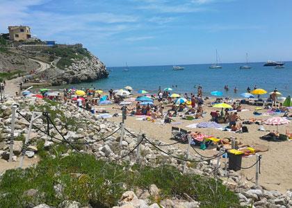 На пляже Cala Morisca