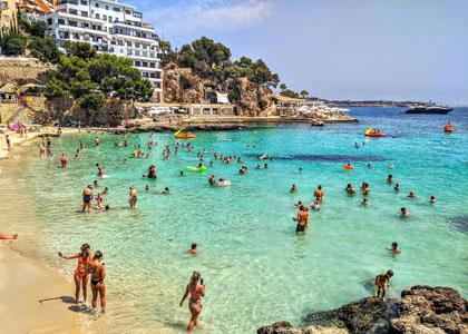 На пляже Platja d'Illetes
