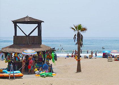На пляже Playa de Cabopino