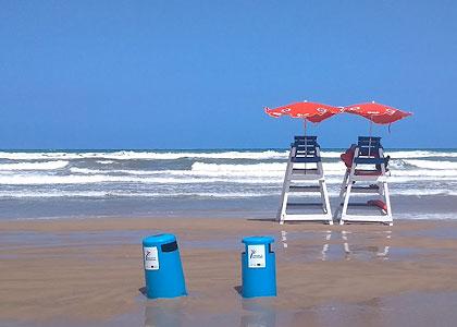 На пляже Playa De L'Ahuir