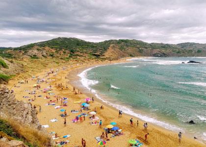 Отдыхающие на пляже Cala del Pilar