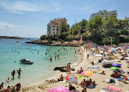 Отдыхающие на пляже Platja d'Illetes