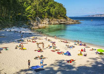 Отдыхающие на пляже Playa de Figueiras