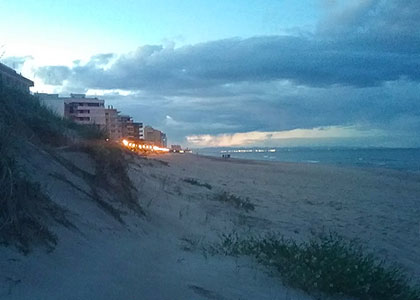 Пляж Platja del Mareny de Sant Llorenç вечером