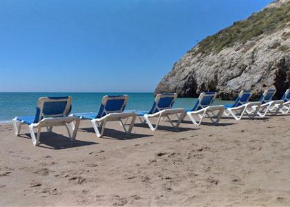 Шезлонги на пляже Cala Morisca