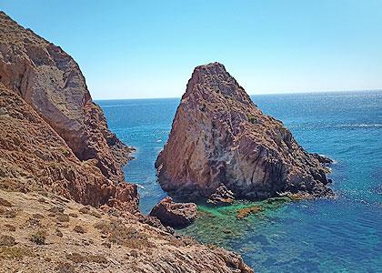 Скалы на пляже Playa El Ruso
