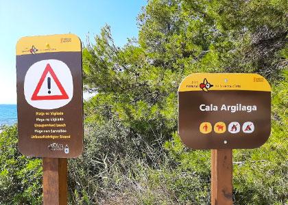 Таблички на пляже Cala Argilaga