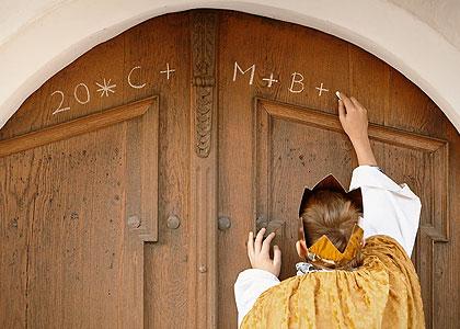 Католическая надпись на дверях