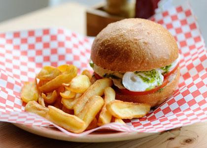 бургер с картошкой в бургерной Burger Beer