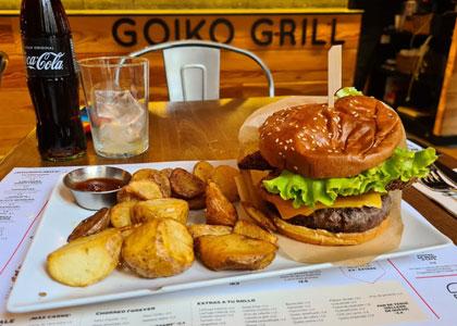 гамбургер с картошкой в бургерной Goiko Grill