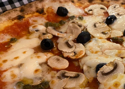 пицца с грибами в пиццерии La Gatta