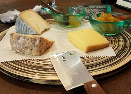 сырная тарелка в Bee Beer