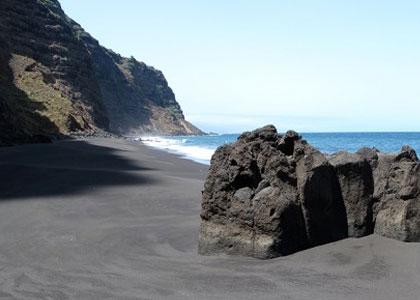 Черный песок на пляже la garañona