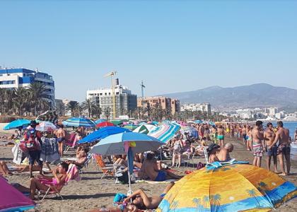 Пляж с людьми и море