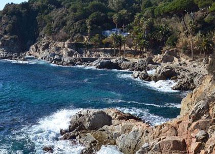 Каменистый пляж Cala Banys