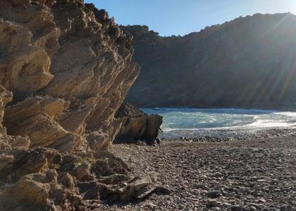 Красивые скалы на пляже Cala Tavallera