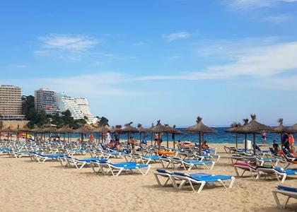 Лежаки на пляже Магалуф