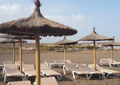 Лежанки на пляже Ла Техита
