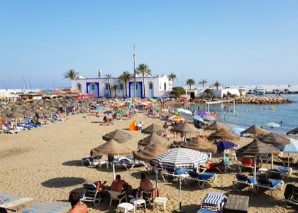 Люди на пляже дел Фаро