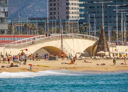 На пляже Bogatell в Барселоне