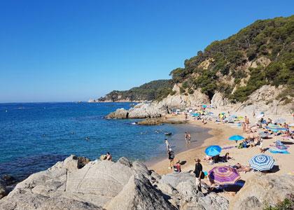 На пляже De Sa Boadella