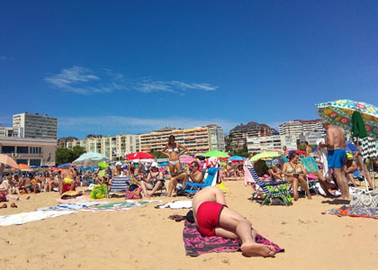 На пляже Эль-Сардинеро