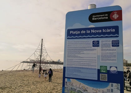 На пляже Нова-Икария в Барселоне