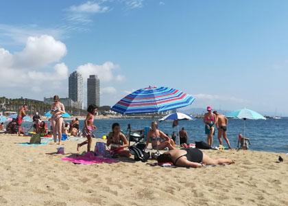 На пляже Sant Miquel в Барселоне