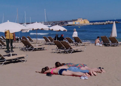 На пляже Соморростро в Барселоне