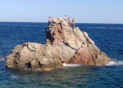 На скалах пляжа Trons