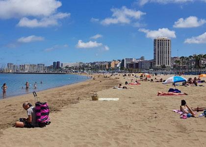 Отдыхающие на пляже лас Алькараванерас