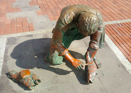 Памятник рыбаку на пляже Лас-Кантерас