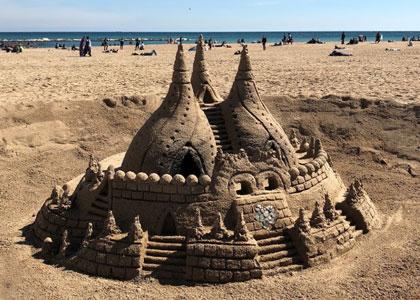 Песчаная скульптура на пляже Sant Miquel в Барселоне