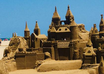 Песчаный замок на пляже Malvarrosa