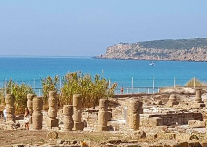 Руины на пляже Плайя де Болония