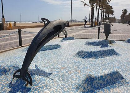 Скульптуры дельфинов на пляже Malvarrosa