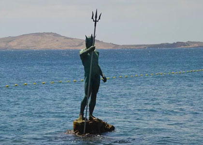 Статуя Нептуна на пляже Меленара