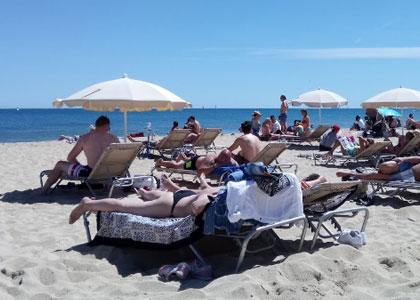 У пляжа Bogatell в Барселоне