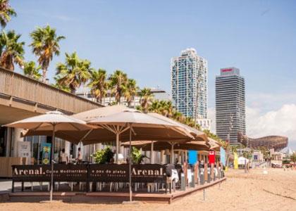 кафе на пляже Соморростро в Барселоне