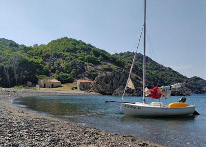 на пляже Cala Tavallera