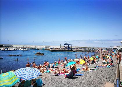 отдыхающие на пляже Пуэрто-де-лас-Ньевес