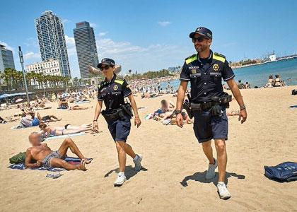 полиция на пляжах Барселоны