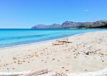 Песок на пляже Son Serra de Marina