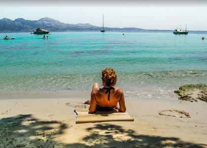 Девушка загорает на пляжеФорментор