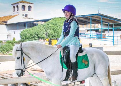 Девочка на лошади в центре верховой езды Hacienda Horses