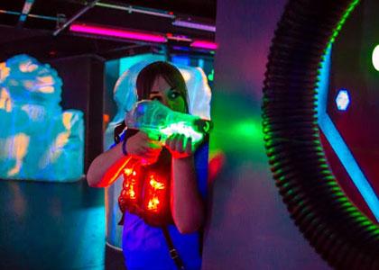 Девушка в лазертаге