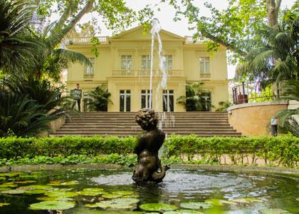 Фонтан в ботаническом саду La Concepcion